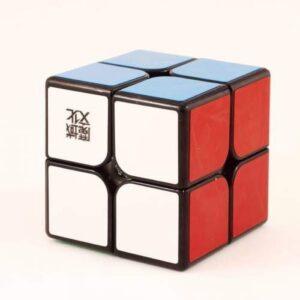 Oryginalna kostka WeiPo 2x2x2 czarna od MoYu o układzie2x2x2 to trafny wybór. Polecana przez wielu kostka MoYu WeiPo 2x2x2 czarna to super model zarówno do nauki układania jak i do prób czasowych i bicia rekordów. Wymiary oraz waga gwarantują dobrą zabawę. MoYu zadbał o wygodę optymalizując wagę i rozmiary kostki i stosując przy jej wykonaniu wysokiej jakości tworzywo. Bezpieczeństwo kostki potwierdza certyfikat CE.