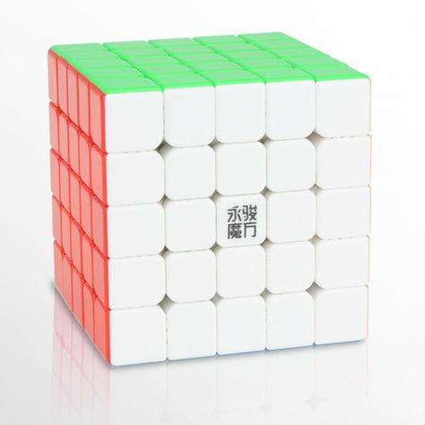 Oryginalna kostka YuChuang 5x5 V2 M StickerlessodYJo układzie5x5x5to trafny wybór. Polecana przez wielu kostka YuChuang 5x5 V2 M Stickerlessto super model zarówno do nauki układania jak i do prób czasowych i bicia rekordów. Wymiary oraz waga gwarantują dobrą zabawę.YJzadbał o wygodę optymalizując wagę i rozmiary kostki i stosując przy jej wykonaniu wysokiej jakości tworzywo. Bezpieczeństwo kostki potwierdza certyfikat CE.